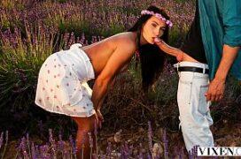 Xtubes comendo no meio do campo de flores a namorada linda