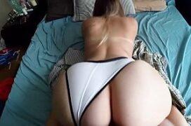 Sexobrasileiro comendo a rabuda de quatro na cama
